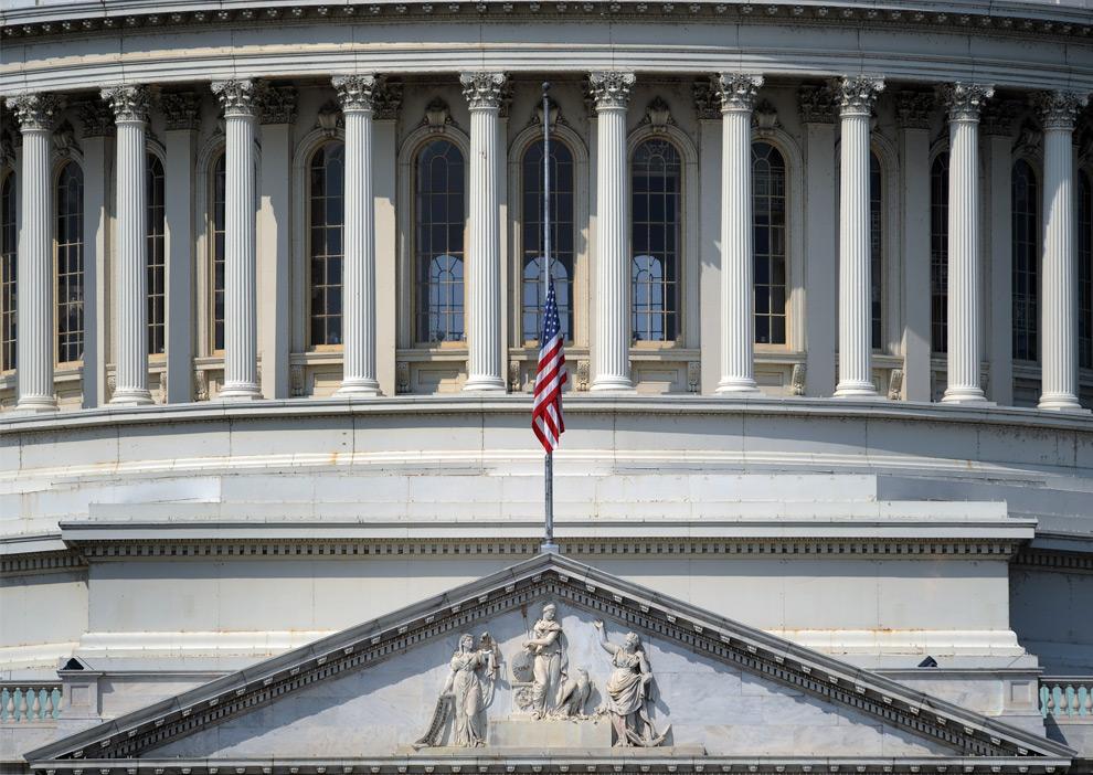 24. Флаг США приспущен на Капитолии в Вашингтоне, округ Колумбия, 26 августа 2009 года из-за смерти сенатора Теда Кеннеди, который скончался накануне. (TIM SLOAN/AFP/Getty Images)