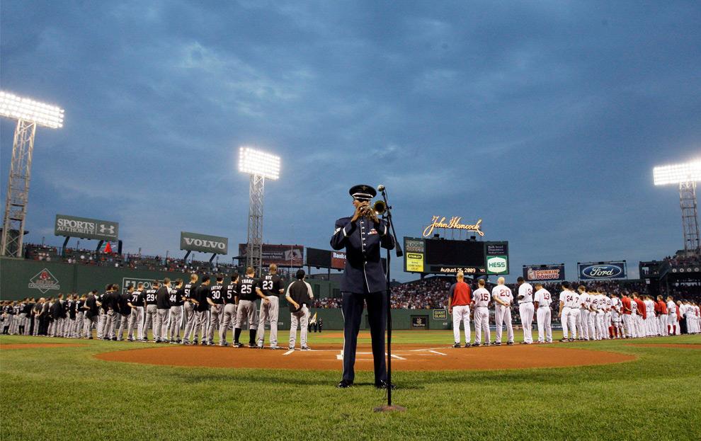 25. Сержант военно-воздушных сил США Куинси Гарнер из Актона, Массачусетс, играет на трубе в честь памяти сенатора Эдварда Кеннеди перед началом бейсбольного матча между командами «Boston Red Sox» и «Chicago White Sox» в парке Фенвэй в Бостоне в среду 26 августа 2009 года. (AP Photo/Elise Amendola)