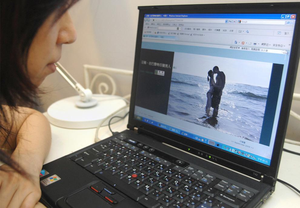 25. Девушка в Тайбэе зашла в блог Янг Я-чинг 14 сентября 2009 года, чтобы прочитать о ее поцелуе в Париже. Мечта девушки Янг поцеловать в Париже 100 мужчин за одну ночь стала сенсацией после того, как она выложила в своем блоге несколько фотографий. Пока счет дошел до 54. (PATRICK LIN/AFP/Getty Images)