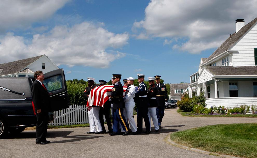 26. Члены военного почетного караула выносят гроб с телом сенатора Эдварда Кеннеди из родного дома в Хианниспорте, Массачусетс, 27 августа 2009 года. (REUTERS/Mike Segar)