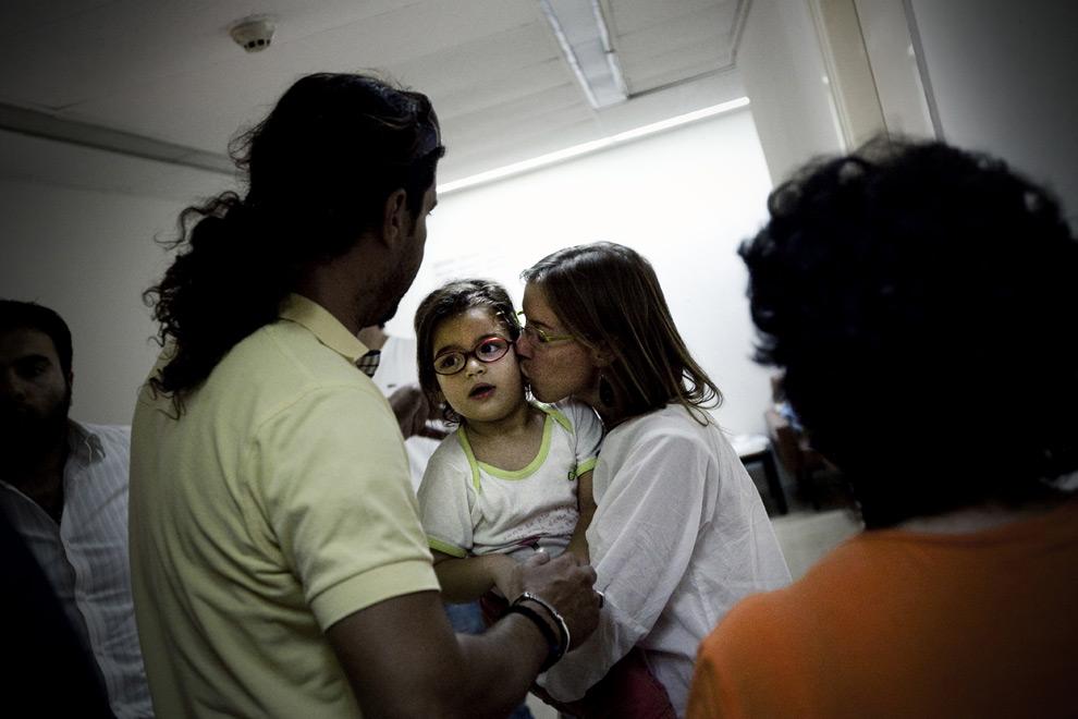 27. Матильда Антуард целует свою четырехлетнюю дочь Пенелопу в отделении полиции в Афинах 14 сентября 2009 года. Пенелопа Орфанос, которую отец похитил в октябре 2007 года во Франции, была найдена 14 сентбря 2009 года в Афинах. Как сообщает глава отдела по делам несовершеннолетних Георгес Тсанакатис, отец девочки, Кириякос Орфанос, был арестован,. (Angelos Tzortzinis/AFP/Getty Images)