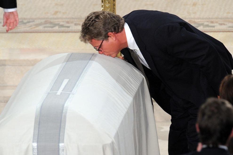 28. Тед Кеннеди младший целует гроб своего отца – сенатора Теда Кеннеди – в церкви во время панихиды в районе Бостона 29 августа 2009 года. (JEWEL SAMAD/AFP/Getty Images)