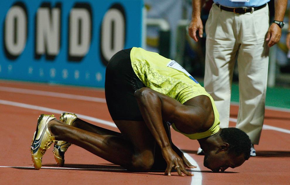 29. Усейн Болт из Ямайки целует землю, выиграв мужской забег на 200 метров на второй день чемпионата IAAF World Athletics Final на стадионе Кафтанзоглио 13 сентября 2009 года в городе Салоники, Греция. (Stu Forster/Getty Images)