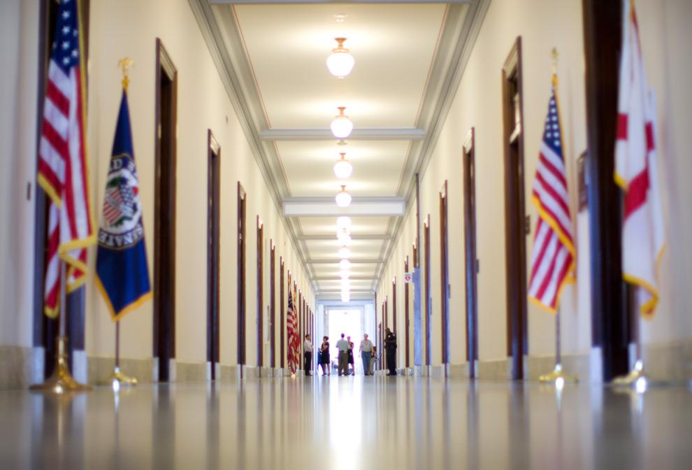 30. 26 августа 2009 года толпа весь день собиралась у здания офиса сенатора Теда Кеннеди. Сотрудники сената, как и туристы были поражены новостью о кончине Теда Кеннеди. (Dina Rudick/Globe Staff)