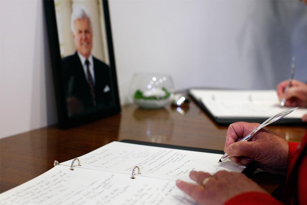 31. Граждане подписывают книгу памяти для сенатора Эдварта Кеннеди в посольстве США в Дублине, Ирландия, в пятницу 28 августа 2009 года. Кеннеди запомнили как страстного (хоть и небезупречного) друга Ирландии, который помог принести мир разделенному северу и гордость римскому католичеству на юге. (AP Photo/Peter Morrison)