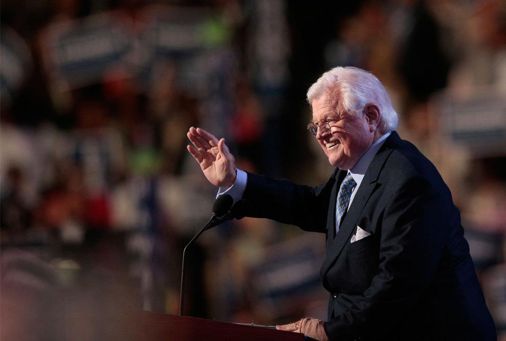 41. Американский сенатор Эдвард Кеннеди машет со сцены во время Национального съезда демократической партии 25 августа 2008 года в Денвере, Колорадо. (Win McNamee/Getty Images)