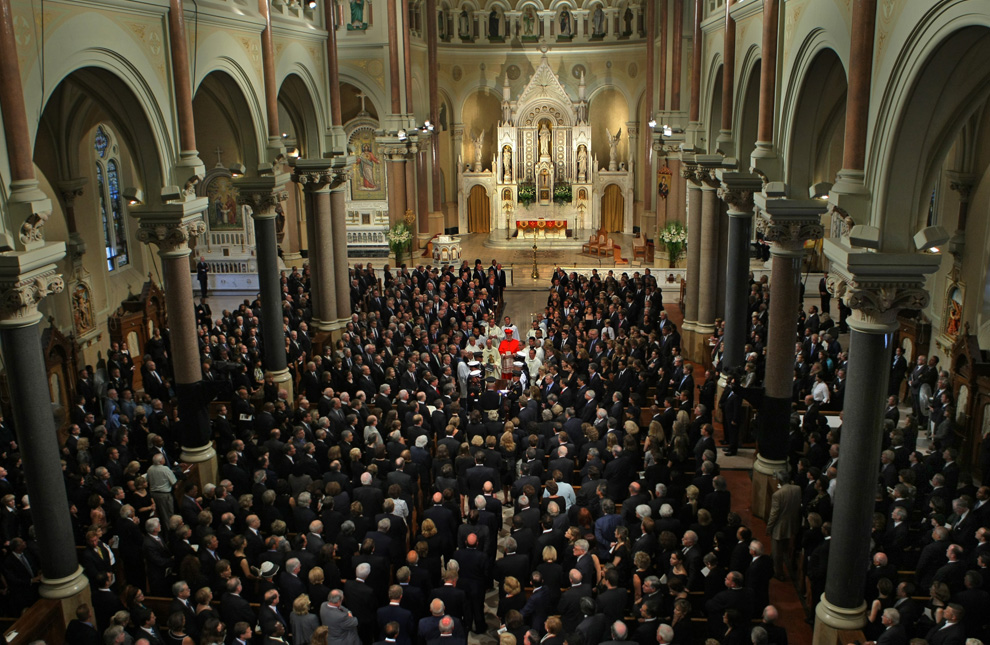 36. Начало похорон сенатора Эдварда Кеннеди в храме Вечной помощи пресвятой Богородицы недалеко от Бостона 29 августа 2009 года. (David L Ryan/Globe Staff photo)