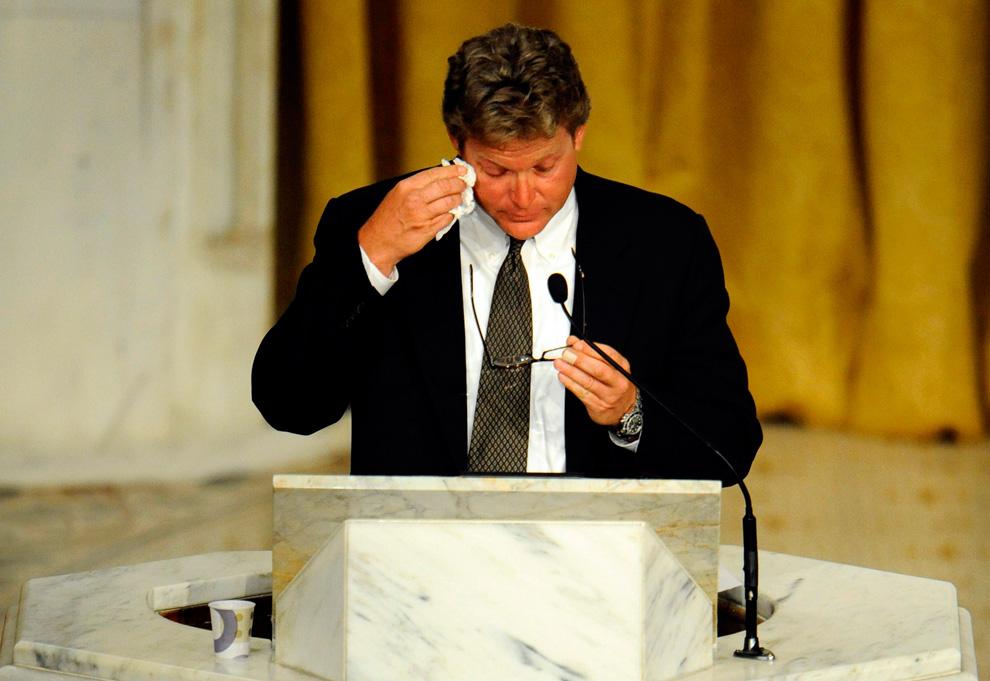 37. Эдвард Кеннеди младший вытирает слезы, вспоминая об отце – американском сенаторе Эдварде Кеннеди – на его похоронах 29 августа 2009 года в Бостоне, Массачусетс. (CJ Gunther-Pool/Getty Images)
