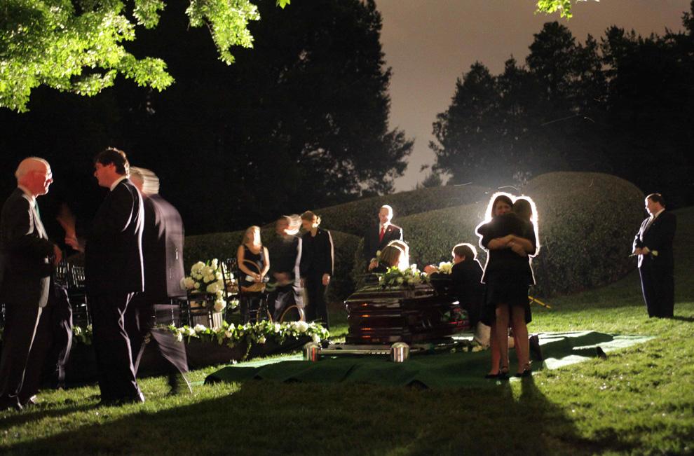 40. Члены семьи собираются у гроба с телом сенатора Эдварда Кеннеди на Национальном Арлингтонском кладбище в Вирджинии в субботу 29 августа 2009 года. (AP Photo/Doug Mills, Pool)