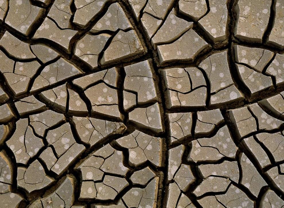 6) Зной, доходящий иногда до 49 градусов по Цельсию вызвали эти трещины в земле в пустыне Данакиль в Эфиопии.