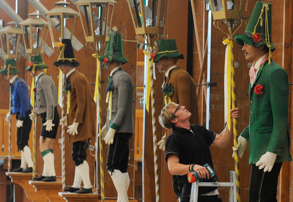 2. Молодой человек готовит декорации в палатке для фестиваля Октоберфест в Мюнхене, южная Германия, во вторник 25 августа 2009 года. (AP Photo/Christof Stache)