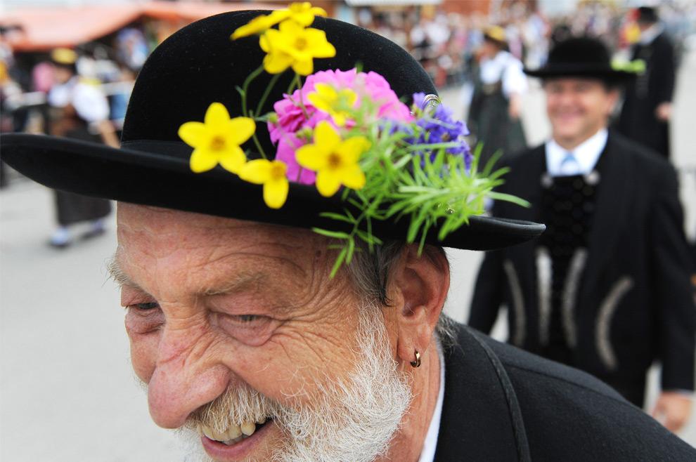 5. Мужчина с цветами на шляпе марширует на параде в честь праздника пива Октоберфест 20 сентября 2009 года на «лугу Терезы» в Мюнхене, Германия. (JOE KLAMAR/AFP/Getty Images)