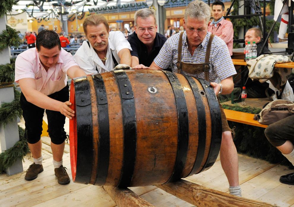 6. Рабочие катят первую бочку пива на открытии 176-го фестиваля Октоберфест в Мюнхене в субботу 19 сентября 2009 года. (AP Photo/Uwe Lein)