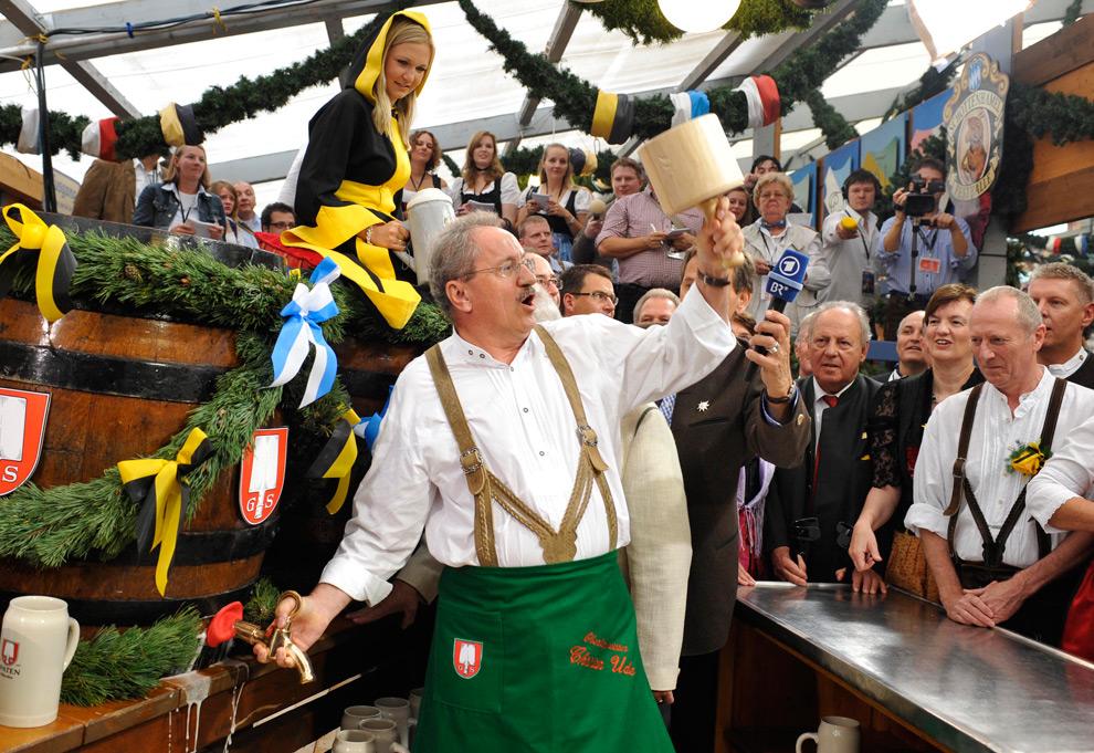 7. Мэр Мюнхена Кристиан Удэ открывает первую бочку пива в первый день фестиваля Октоберфест в Мюнхене 19 сентября 2009 года. (AP Photo/Uwe Lein)