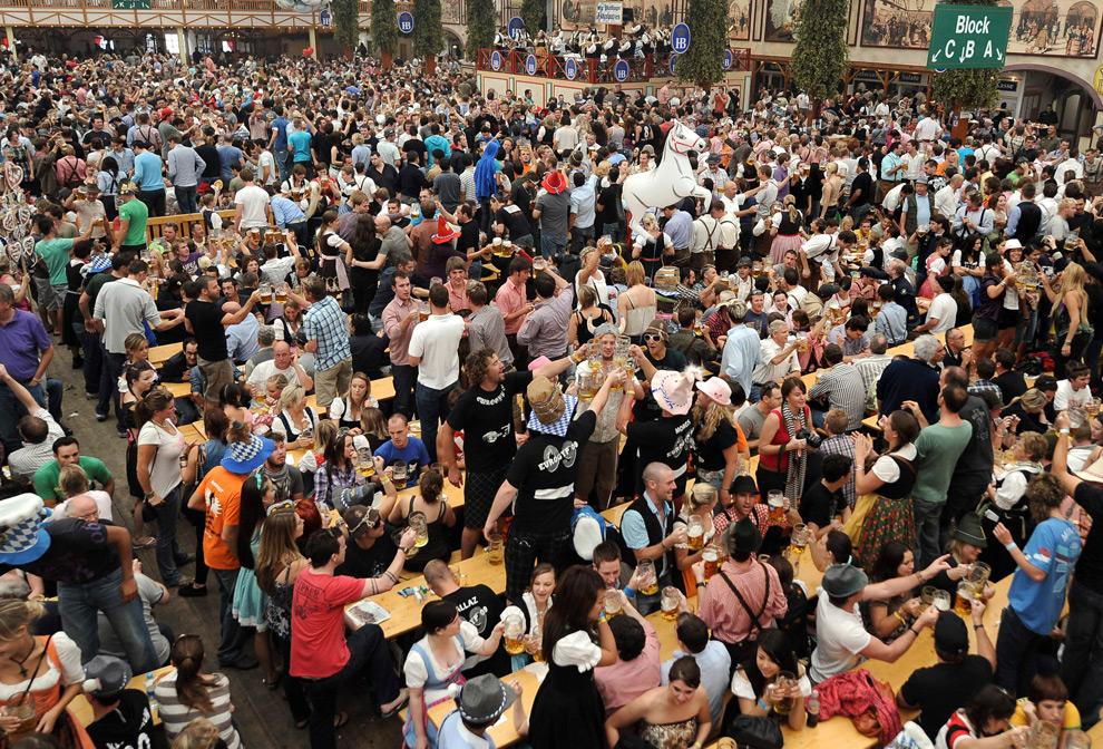 8. Посетители палатки «Hofbräu» на второй день праздника Октоберфест 20 сентября 2009 года. (JOE KLAMAR/AFP/Getty Images)