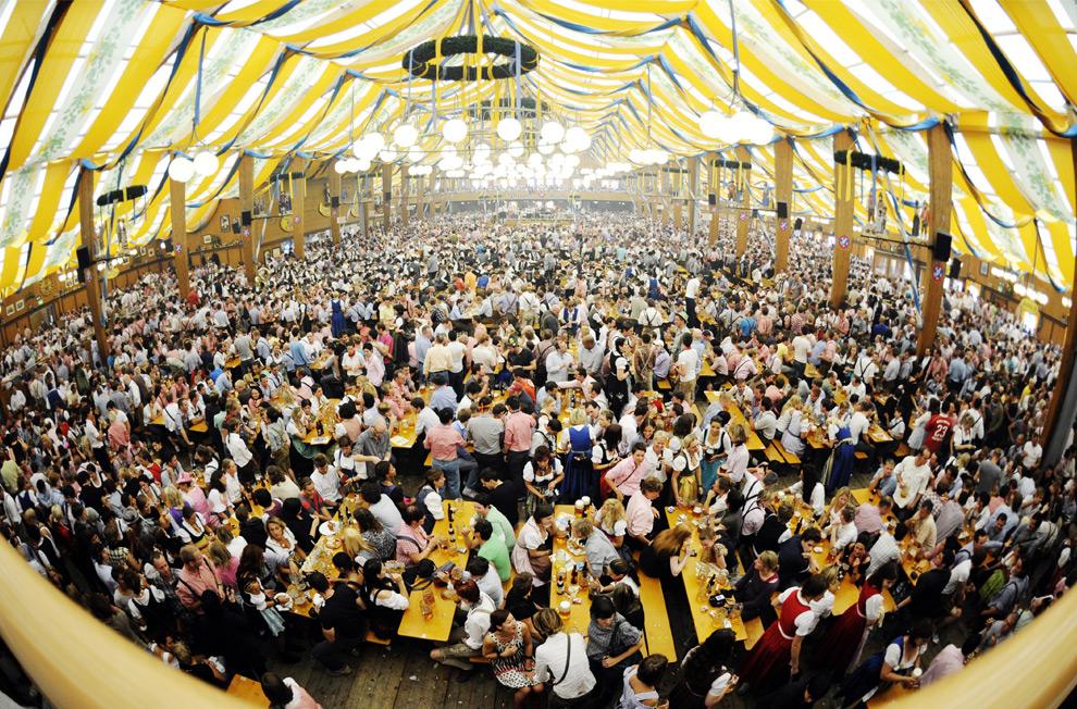 12. Посетители заполнили палатку на второй день праздника Октоберфест 20 сентября 2009 года. (STEFFI LOOS/AFP/Getty Images)