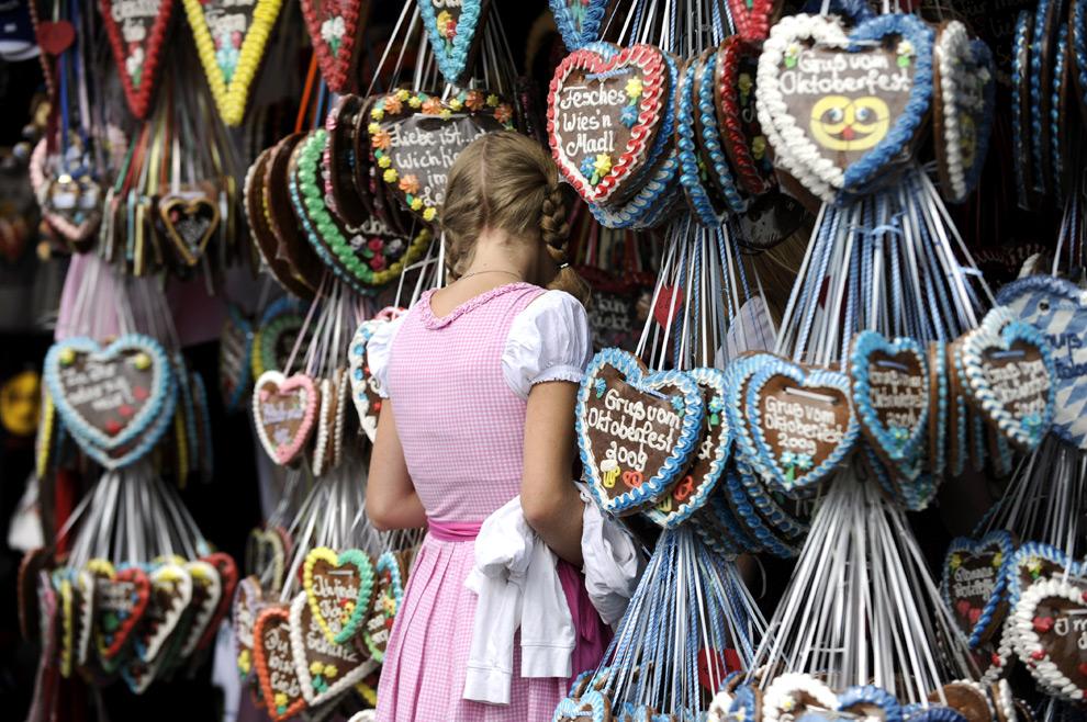 13. Девушка смотрит на имбирные сердечки на фестивале пива Октоберфест 20 сентября 2009 года в Мюнхене, Германия. (STEFFI LOOS/AFP/Getty Images)