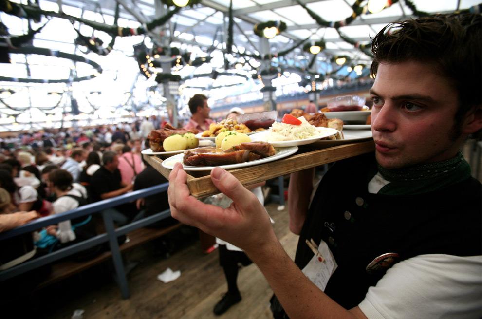 15. Официант несет поднос с различными баварскими блюдами 20 сентября 2009 года в Мюнхене. (Miguel Villagran/Getty Images)