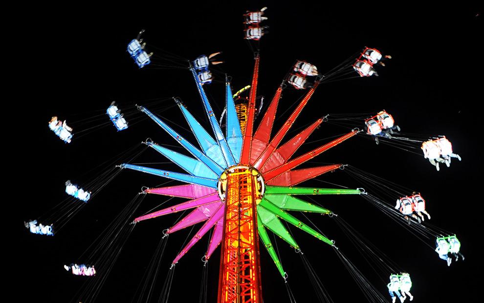 17. Посетители наслаждаются ночной поездкой на аттракционе на фестивале пива Октоберфест 19 сентября 2009 года в Мюнхене. (JOE KLAMAR/AFP/Getty Images)