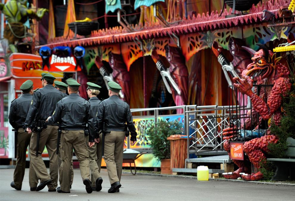19. Полицейские идут по территории 176-го фестиваля пива Октоберфест 19 сентября 2009 года на «лугах Терезы» в Мюнхене. (SASCHA SCHUERMANN/AFP/Getty Images)