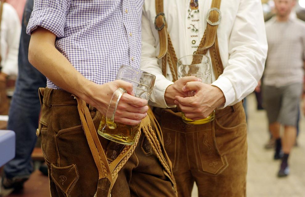 20. Молодые люди в традиционных костюмах ледерхозен наслаждаются пивом в палатке Schottenhamel на второй день фестиваля Октоберфест 20 сентября 2009 года в Мюнхене. (Johannes Simon/Getty Images)