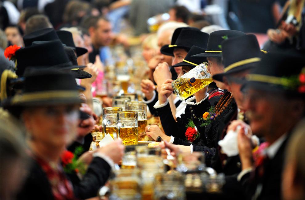 21. Посетители 176-ого фестиваля Октоберфест в палатке Löwenbrau 20 сентября 2009 года. (SASCHA SCHUERMANN/AFP/Getty Images)