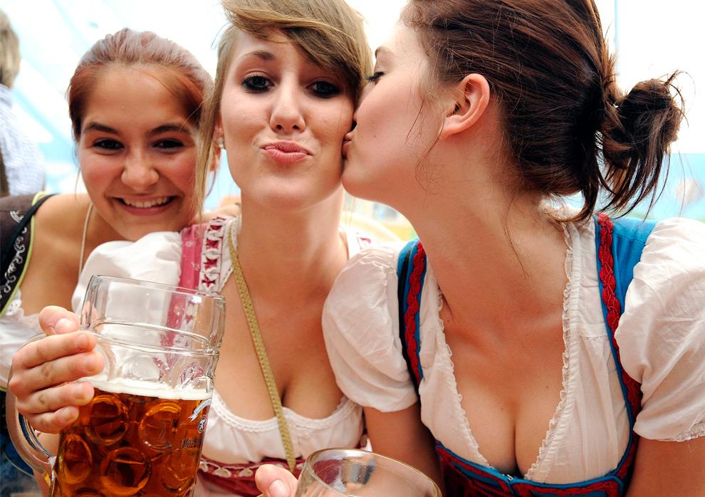 22. Девушки в традиционных платьях позируют с кружками пива на фестивале Октоберфест 19 сентября 2009 года. (OLIVER LANG/AFP/Getty Images)