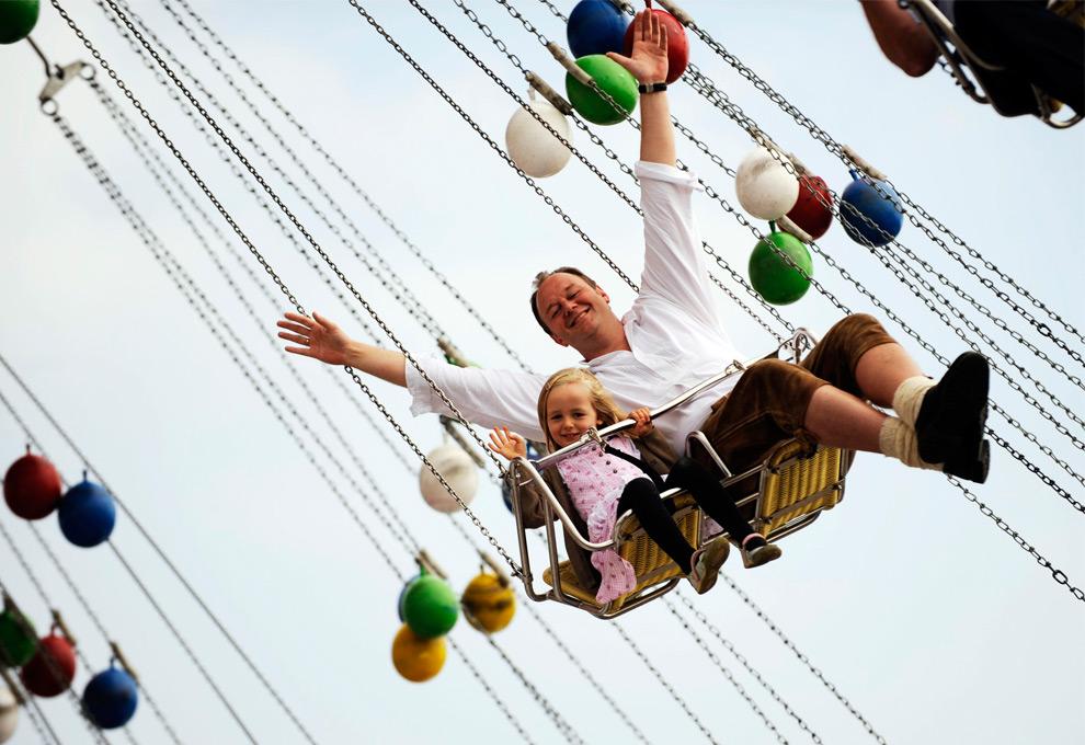 23. Посетители наслаждаются поездкой на аттракционе на фестивале Октоберфест 19 сентября 2009 года. (STEFFI LOOS/AFP/Getty Images)