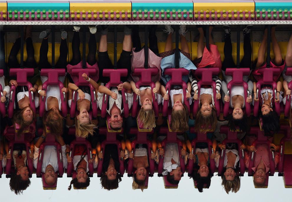 24. Люди катаются на аттракционе «Топ-Спин» на фестивале Октоберфест в Мюнхене, Германия, 19 сентября 2009 года. (Miguel Villagran/Getty Images)