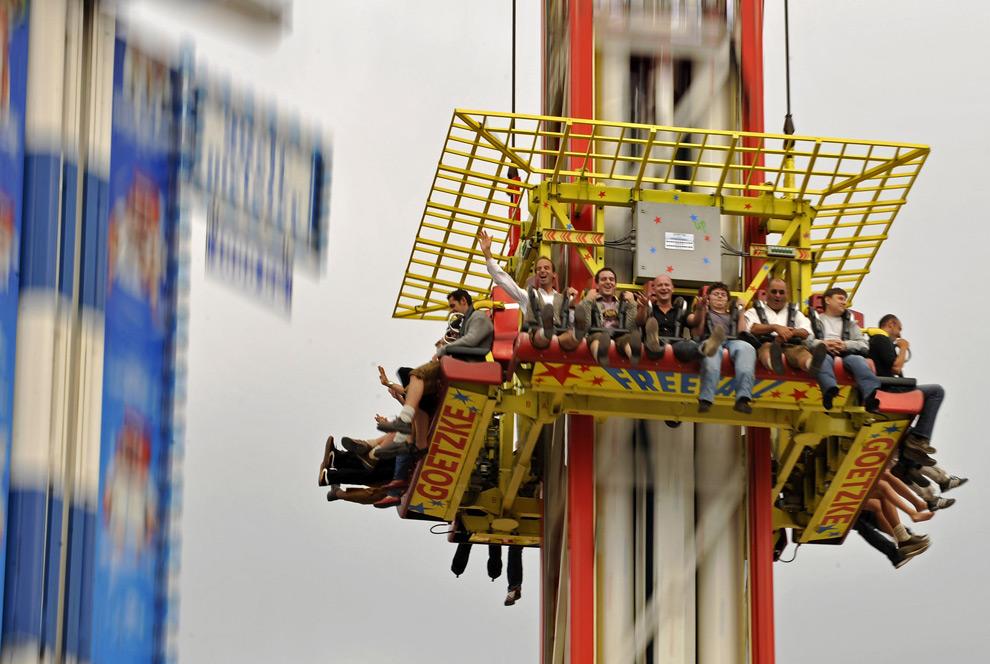 "25. Люди катаются на аттракционе ""Power Tower"" 19 сентября 2009 года. (JOERG KOCH/AFP/Getty Images)"