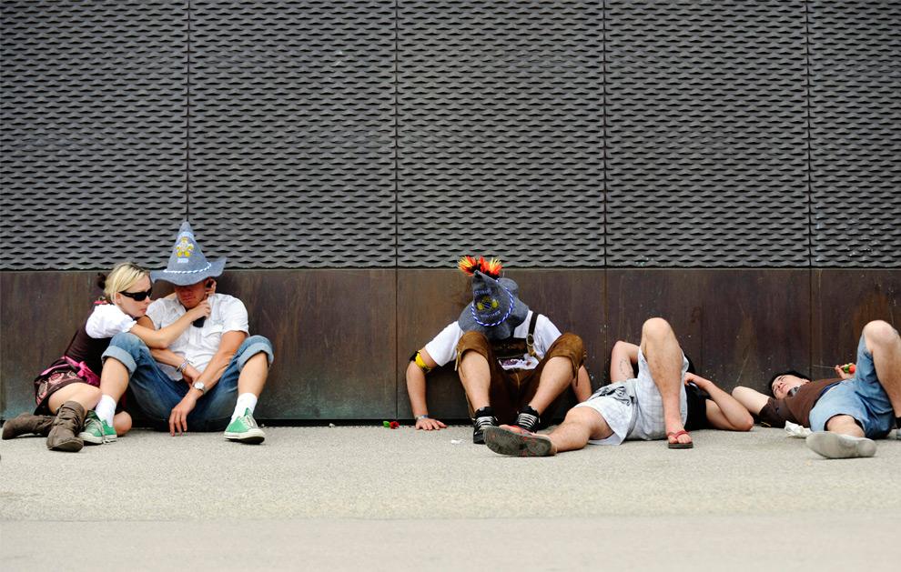 26. Посетители отдыхают, прислонившись к стене, 20 сентября 2009 года на празднике Октоберфест в Мюнхене. (STEFFI LOOS/AFP/Getty Images)