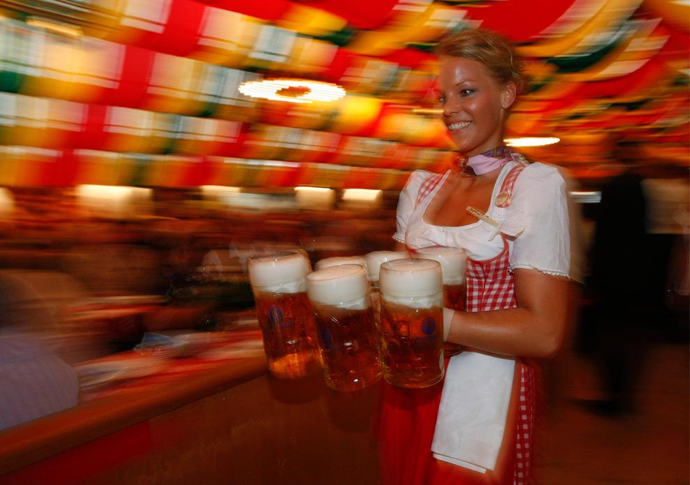 27. Официантка подает кружки с пивом на фестивале Октоберфест в Берлине 9 сентября 2009 года. (REUTERS/Fabrizio Bensch)
