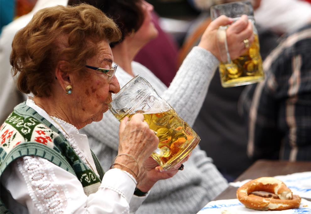28. Женщина делает глоток пива 21 сентября 2009 года в Мюнхене. (Miguel Villagran/Getty Images)