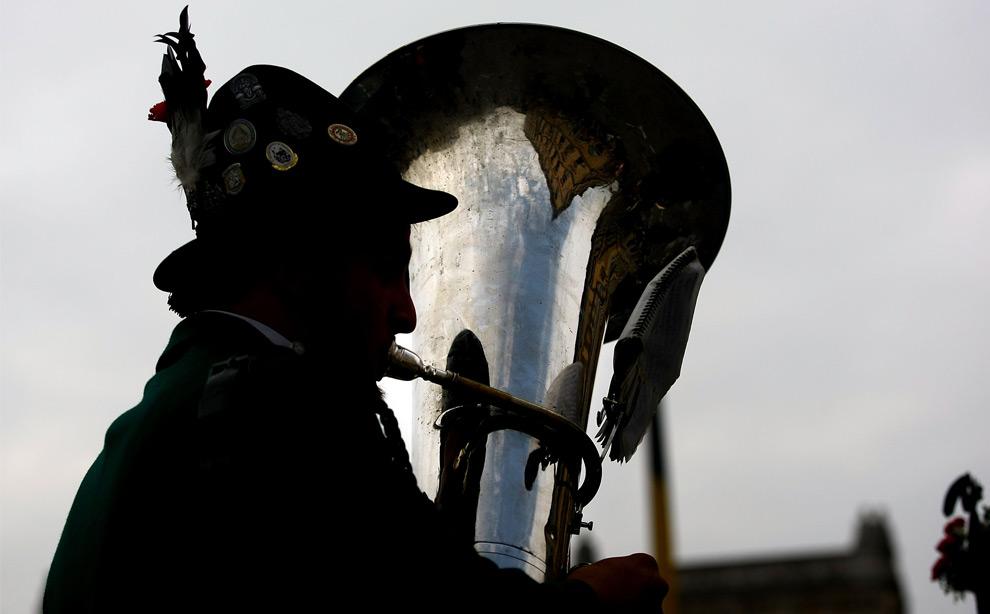 30. Музыкант оркестра в традиционном баварском костюме во время парада на празднике Октоберфест 20 сентября 2009 года в Мюнхене. (Johannes Simon/Getty Images)