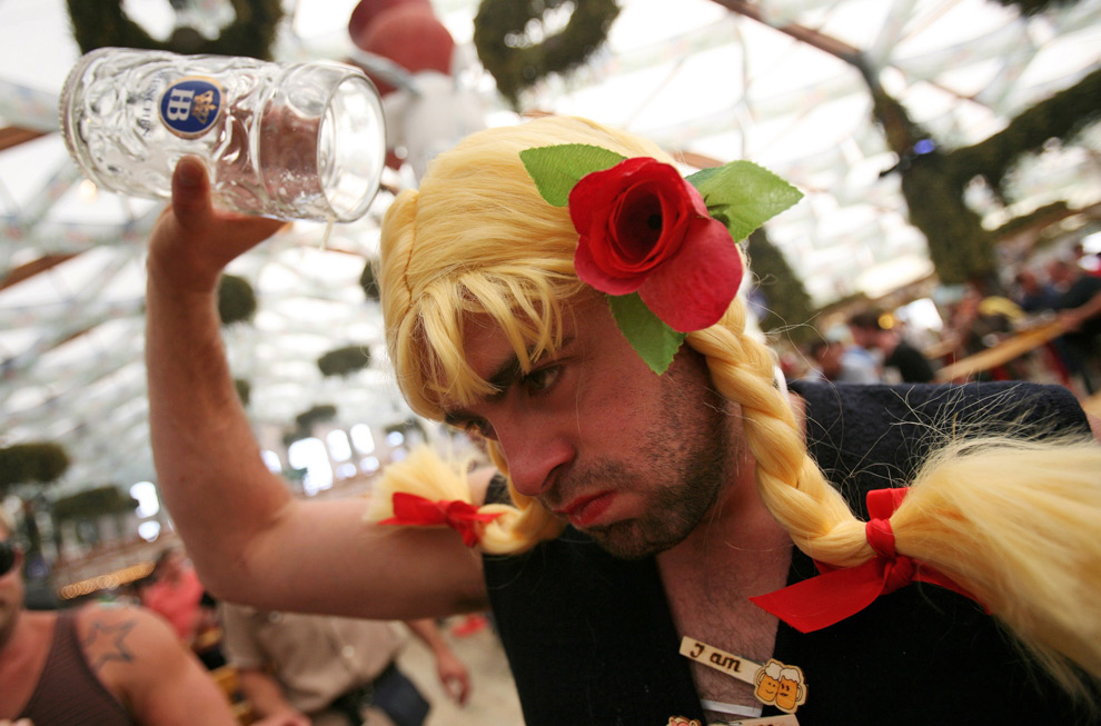 31. Мужчина в парике позирует перед камерой с пустой кружкой 21 сентября 2009 года в Мюнхене, Германия. (Miguel Villagran/Getty Images)