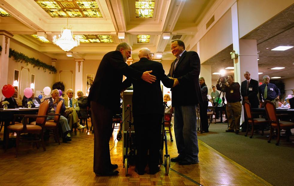 2) Губернатор Монтаны Брайан Швейцер помогает Уолтеру Бреунингу сойти с  трибуны, после его выступления на своем 113-м дне рождения. (Getty Images/John Moore)