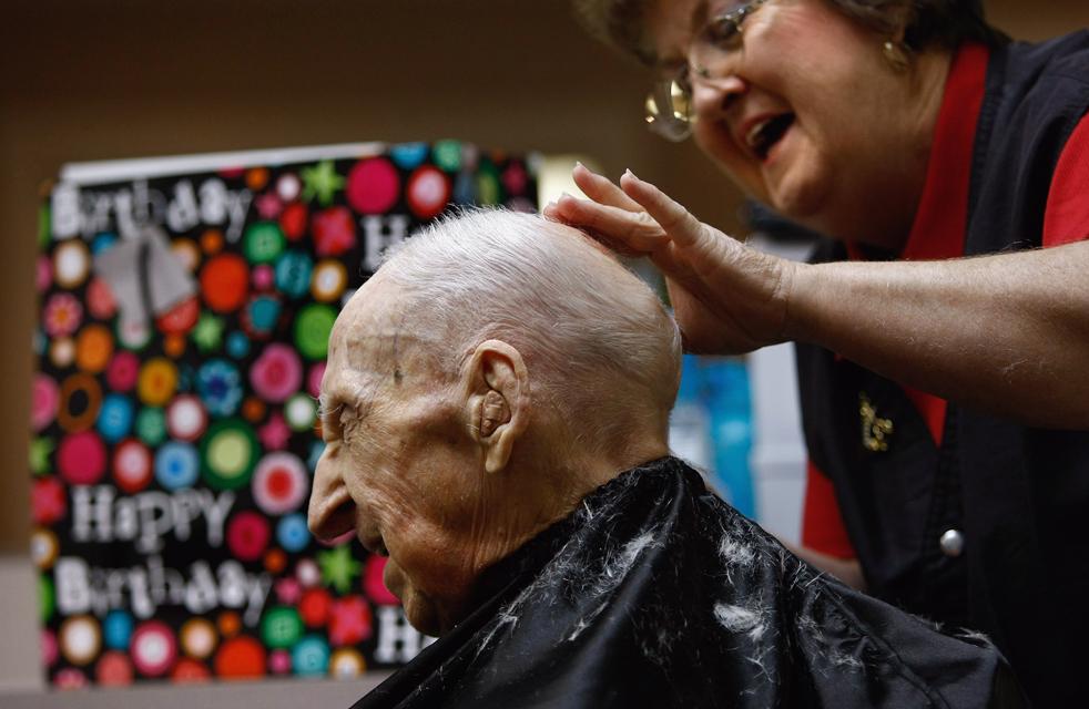 4) Парикмахер Макси Гундерсон стрижет Уолтера Бреунинга, самого старого человек в мире, накануне его 113 дня рождения в доме для престарелых в Грейт-Фоллс, штат Монтана. (Getty Images/John Moore)