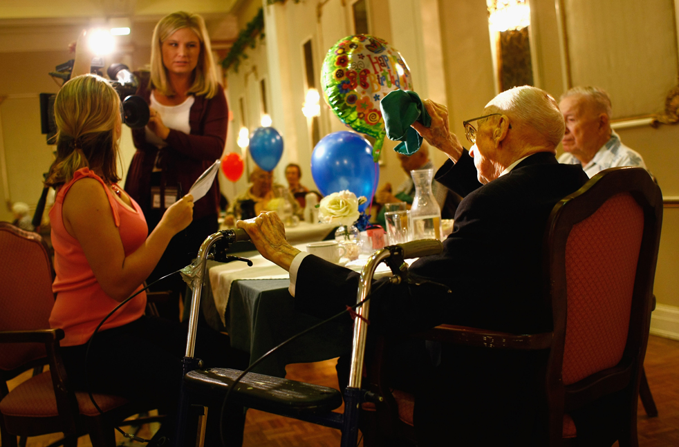 5) Уолтер Бреунинг перед интервью с местной командой телевизионных новостей накануне его 113 дня рождения в доме для престарелых в Грейт-Фоллс, штат Монтана. На вопрос о том, как ему удалось дожить до такого возраста, Уолтер Бреунинг ответил, что тому причиной стали: хорошее питание, физическая активность и «зарядка для ума». (Getty Images/John Moore)