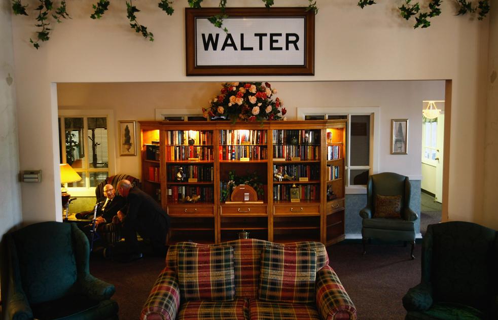 7) Уолтер Бреунинг получает поздравления накануне своего 113 дня рождения в доме для престарелых в Грейт-Фоллс, штат Монтана. (Getty Images/John Moore)