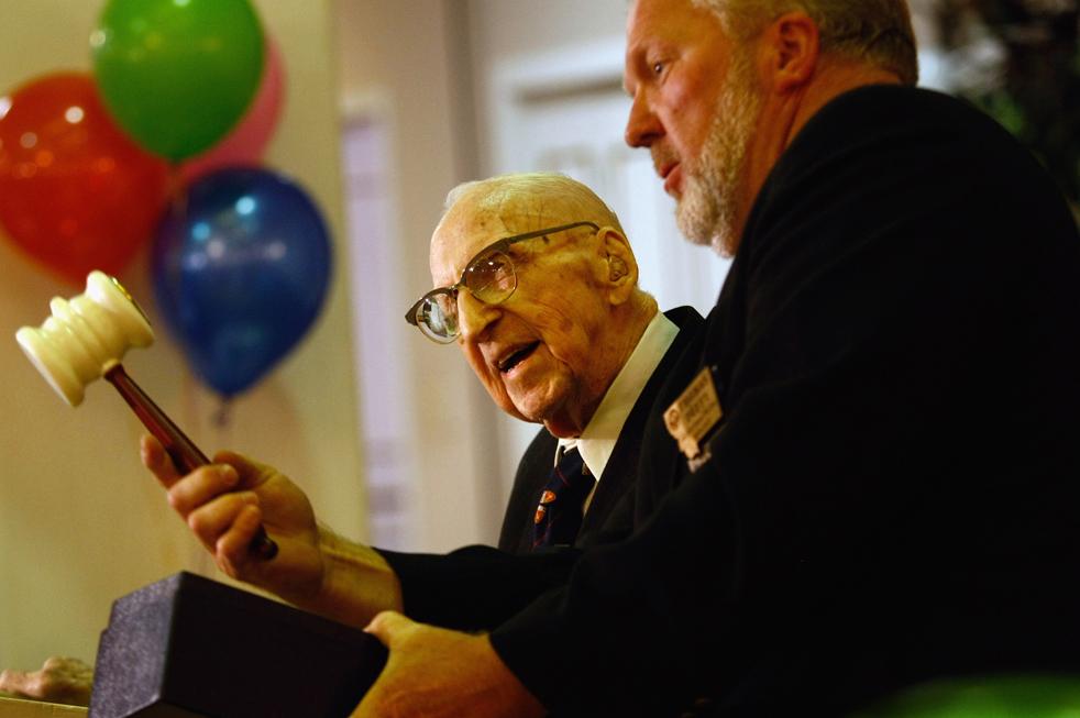 8) Уолтер Бреунинг, самый старый человек в мире, получает одну из высших наград франкмасонов – молоток Джорджа Вашингтона. (Getty Images/John Moore)