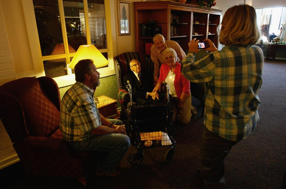 9) Гости фотографируются с именинником. (Getty Images/John Moore)