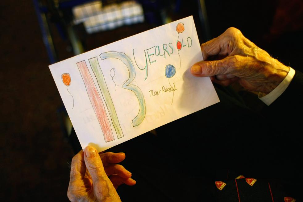 10) Уолтер Бреунинг рассматривает рисунок, который нарисовали для него четвероклассники. Снимок сделан накануне 113-го дня рождения Уолтера в доме престарелых в Грейт-Фоллс, штат Монтана. (Getty Images/John Moore)