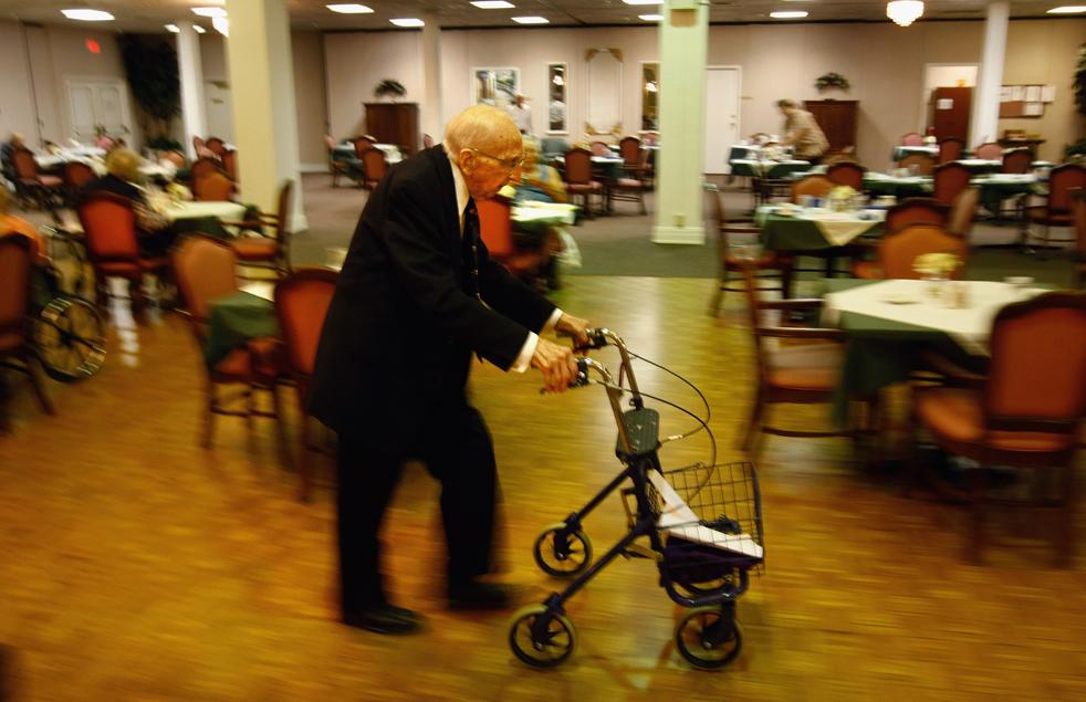 11) Уолтер Бреунинг прохаживается по столовой в доме престарелых в Грейт-Фоллс, штат Монтана. (Getty Images/John Moore)