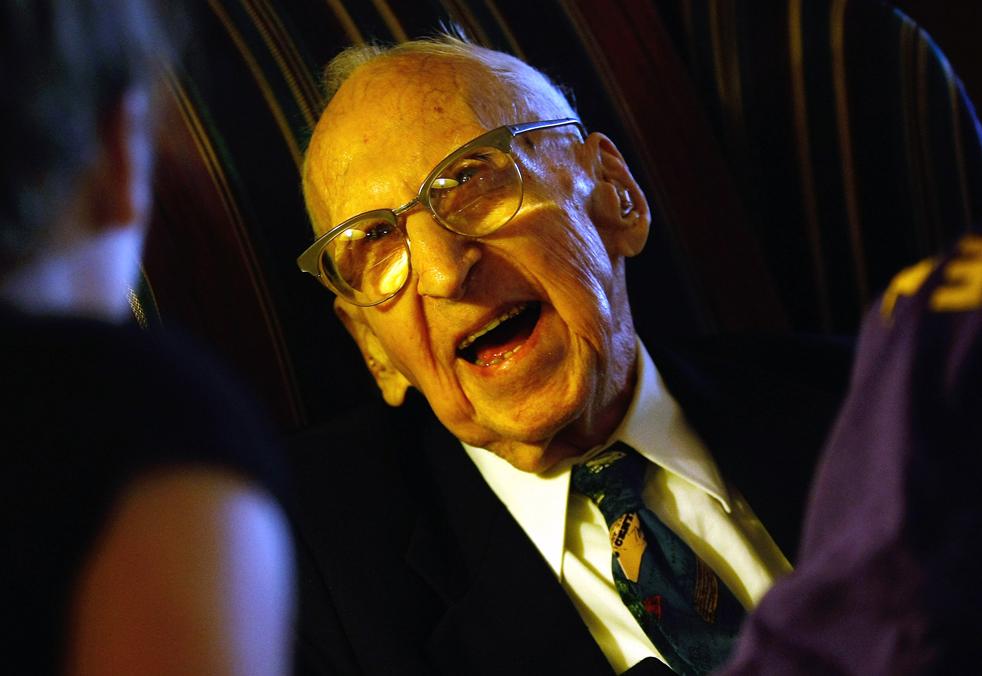 13) Уолтер Бреунинг слушает, как ему читают письма школьников. (Getty Images/John Moore)