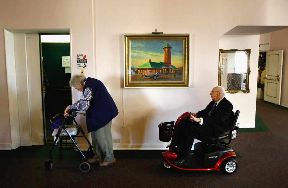 14) Уолтер Бреунинг, справа, едет на новом скутере, который ему подарили местные власти. (Getty Images/John Moore)