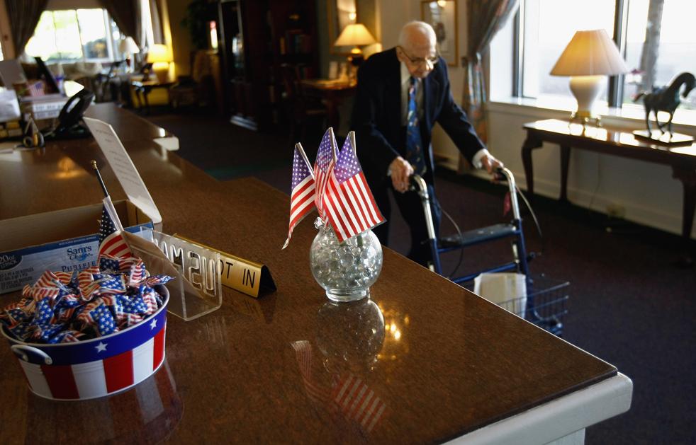 15) Уолтер Бреунинг гуляет по дому престарелых 19 сентября. (Getty Images/John Moore)