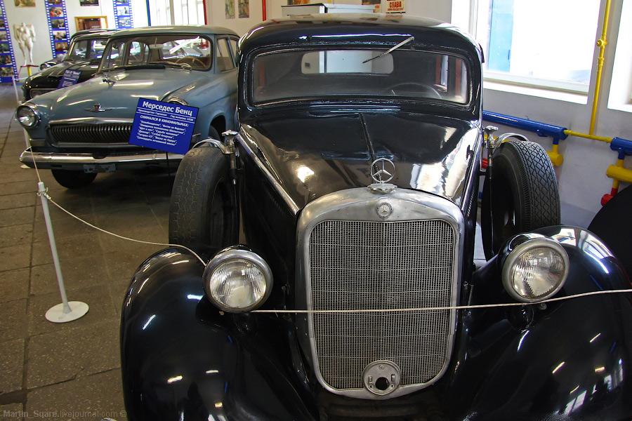 4) В музее автомобилей.