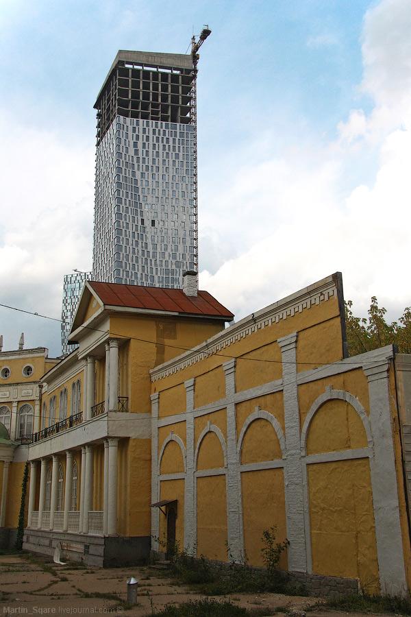 А это ненастоящая старая Москва. Краевед и картограф сказал, что все тут неправда и таких домов вообще никогда не было.