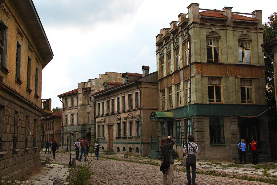 На студии созданы уникальные музеи исторического костюма, реквизита и ретро транспорта.