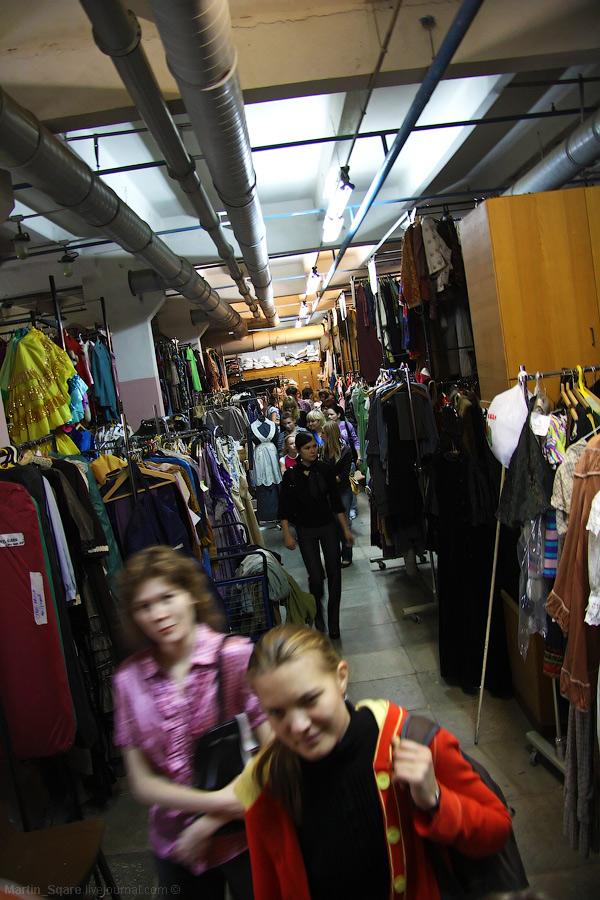 Огромные склады одежды.